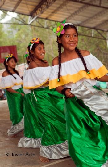 Jóvenes indígenas nasa en una muestra folklórica en el encuentro cultura Álvaro Ulcue de Toribio. Foto Javier Sulé